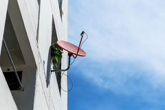 Antenne parabolique rouge sur la tour Photographie stock libre de droits