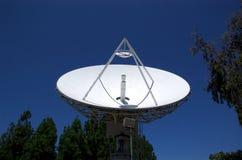 Antenne parabolique se dirigeant vers le haut d'II Image libre de droits