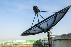 Antenne parabolique sous le ciel bleu images stock