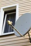 Antenne parabolique sur la maison image stock
