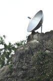 Antenne parabolique sur la montagne photo stock