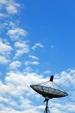 Antenne parabolique sur le ciel bleu Images libres de droits