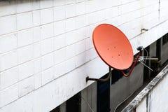 Antenne parabolique sur le mur images stock