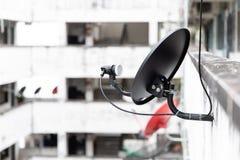 Antenne parabolique sur le mur photo stock