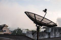 Antenne parabolique sur le toit image stock