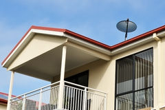 Antenne parabolique sur le toit photos libres de droits