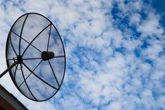 Antenne parabolique sur le toit photos stock