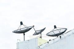 Antenne parabolique sur le vieux bâtiment avec le fond de ciel bleu photo libre de droits