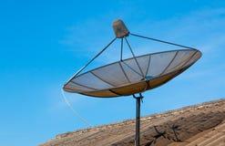Antenne parabolique sur le vieux toit avec le fond de ciel bleu photos stock