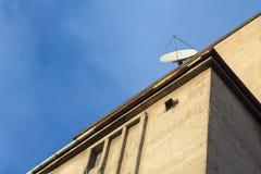 Antenne parabolique sur un bâtiment industriel de concreite Image libre de droits