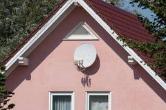 Antenne parabolique sur un mur image libre de droits