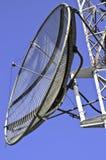 Antenne parabolique sur une tour de télécommunication Photos libres de droits