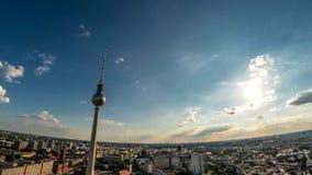 Antenne parfaite d'horizon de Berlin avec le beau soleil et quelques nuages pendant l'été banque de vidéos