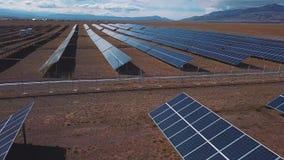 Antenne : Paysage de campagne avec les centrales solaires Altai, Kosh-Agach Près de la frontière de la Mongolie banque de vidéos