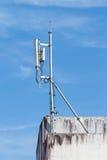 Antenne per la telecomunicazione montata sulla costruzione Fotografia Stock