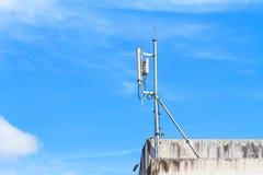 Antenne per la telecomunicazione montata sulla costruzione Immagine Stock Libera da Diritti