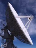 Antenne - radiotélescope 2 d'alignement très grand photos stock