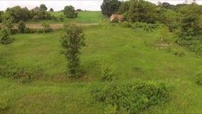 Antenne in Richtung zu einer verlassenen Hütte auf dem Hügel stock video