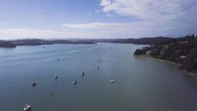 Antenne, roeien in Baai van Eilanden, 4k ungraded kleur stock video
