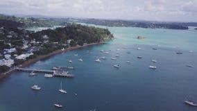 Antenne, Russell New Zealand, roeien in Baai van Eilanden 4k stock videobeelden