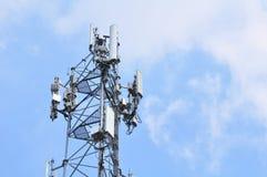 Antenne sans fil de communication avec la tour lumineuse de télécommunication de ciel avec des antennes avec le ciel bleu Image libre de droits