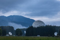Antenne settlment zwischen den Bergen Stockfotos