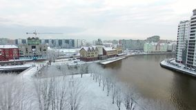 Antenne: Snow-capped Visserijdorp stock footage