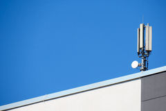 Antenne sur un toit image libre de droits