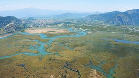 Antenne survay de la rivière et de la ville Dalyan, Turquie La rivière qui coule dans l'égéen et le méditerranéen clips vidéos