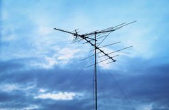 Antenne TV contre le ciel bleu Photos libres de droits