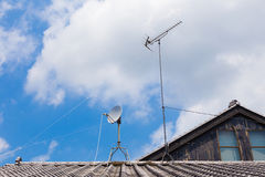 Antenne TV par câble sur le dessus de toit japonais de maison Photo stock