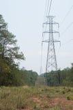Antenne und Fernleitung errichtet durch den Wald, um t zu schneiden Stockfoto