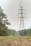 Antenne und Fernleitung errichtet durch den Wald, um t zu schneiden Lizenzfreies Stockbild