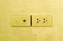 Antenne und Netzausgang auf Wand. Stockbild