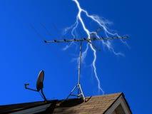 Antenne und Teller mit Blitz Stockbilder