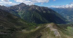 Antenne van Alpen bij weg aan Stelvio wordt geschoten die stock video