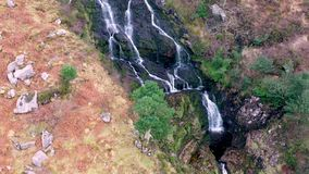 Antenne van Assaranca-Waterval in Provincie Donegal - Ierland stock footage