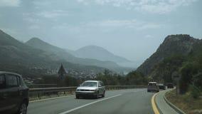 Antenne van auto wordt geschoten die de weg doorgeven tot de bergen die stock footage