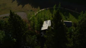 Antenne van bergcabine wordt geschoten in bos dat stock footage