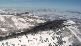 Antenne van bergen dichtbij parkstad wordt geschoten Utah dat stock footage