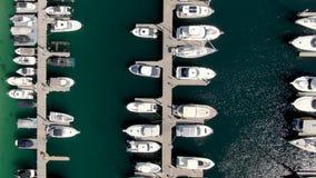 Antenne van boten bij een verticaal schot dat van de jachtclub worden vastgelegd stock video