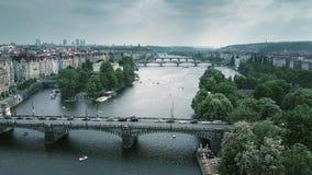Antenne van bruggen in Praag over de Vltava-rivier, de Tsjechische Republiek wordt geschoten die stock videobeelden