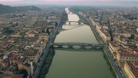 Antenne van bruggen wordt geschoten en de Arno-rivier in Florence in de avond, Italië dat stock video
