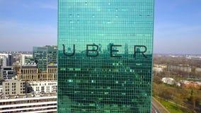 Antenne van bureauwolkenkrabber die wordt geschoten met Uber Technologies Inc embleem De moderne bureaubouw Het redactie 3D terug Stock Foto