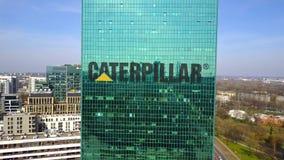 Antenne van bureauwolkenkrabber wordt geschoten met Caterpillar dat Inc embleem De moderne bureaubouw Het redactie 3D teruggeven Royalty-vrije Stock Foto