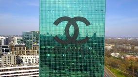 Antenne van bureauwolkenkrabber wordt geschoten met Chanel-embleem dat De moderne bureaubouw Het redactie 3D teruggeven Stock Afbeeldingen