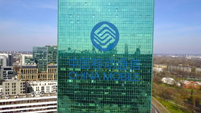 Antenne van bureauwolkenkrabber wordt geschoten met China Mobile-embleem dat De moderne bureaubouw Het redactie 3D teruggeven Stock Afbeelding