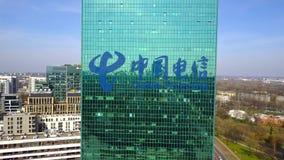 Antenne van bureauwolkenkrabber wordt geschoten met China Telecom-embleem dat De moderne bureaubouw Het redactie 3D teruggeven Stock Foto's