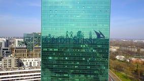 Antenne van bureauwolkenkrabber wordt geschoten met Credit Suisse-Groep embleem dat De moderne bureaubouw Het redactie 3D terugge Stock Foto's