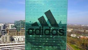 Antenne van bureauwolkenkrabber wordt geschoten met de inschrijving en het embleem dat van Adidas De moderne bureaubouw Het redac Royalty-vrije Stock Foto's